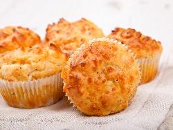 Солени мъфини / содени питки с брашно от лимец, сирена котидж сирене, бяло сирене, сирене чедър и маслини във формички - снимка на рецептата
